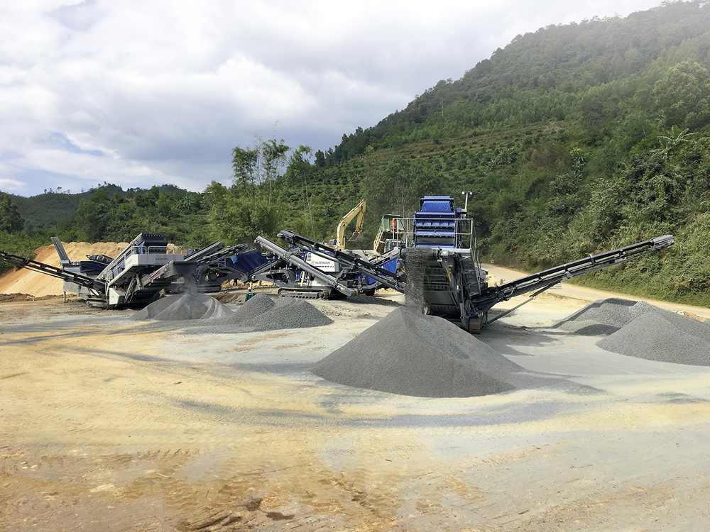 Kleemann plant at work on Licogi 16 JSC's National Route 1A motorway application in Vietnam