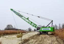 The 655E HD crane is equipped with a Hendrix drag bucket