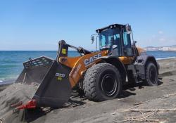 The 821G loader clearing up debris on the beach of the Sarno river